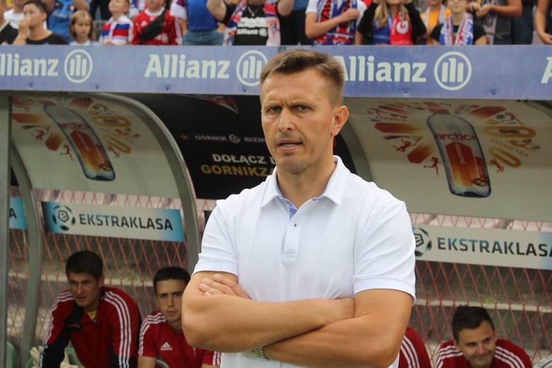 Leszek Ojrzyński został ściągnięty do Zabrza 13 sierpnia 2015 roku decyzją nowego prezesa klubu, Marka Pałusa. Miał poukładać zespół, którzy przeżywał