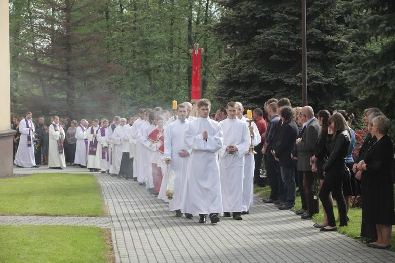 Pogrzeb w Jastrzębiu: Mieszkańcy pożegnali zmarłą rodzinę [LIST POŻEGNALNY]