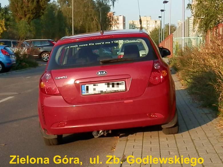 Nasz Czytelnik przyłapał tych autodrani przy ul. Zbyszka Godlewskiego w Zielonej Górze. Jak widać na zdjęciach, nieprawidłowo zaparkowanych aut tam nie