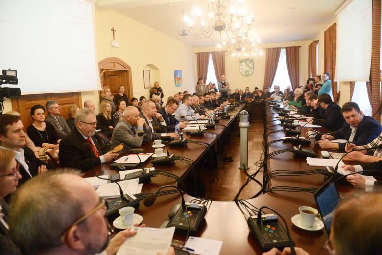 Sesja rady miasta w sprawie sześciolatków.