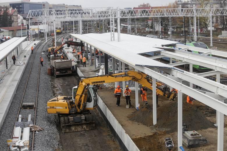 Już w przyszłym tygodniu pasażerowie skorzystają z pierwszego przebudowanego peronu na stacji kolejowej Rzeszów Główny. Będą z niego odjeżdżać pociągi
