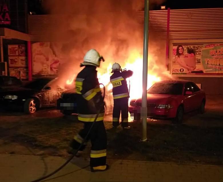 Do pożaru doszło w poniedziałek, 22 kwietnia, na parkingu pod sklepem w Gozdnicy. Spłonęły trzy samochody.Strażacy do płonącego samochodu zostali wezwani