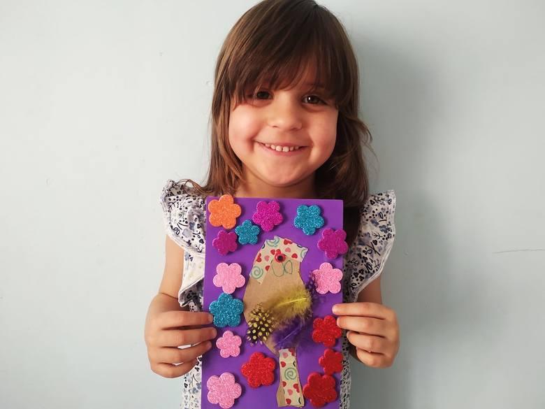 4,5-letnia Matylda prezentuje swoją pracę