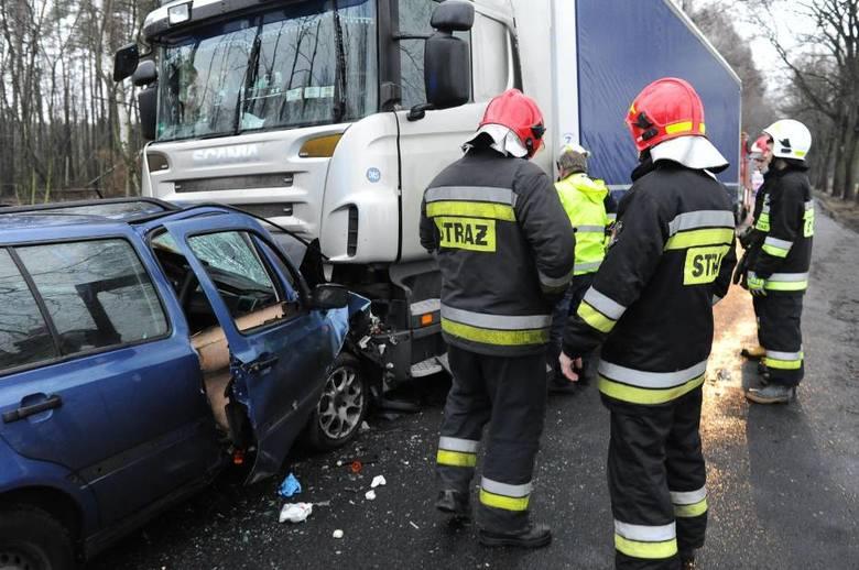 W środę rano w Zbarzewie w powiecie leszczyńskim doszło do groźnego wypadku. Kierowca osobówki zjechał na przeciwny pas i zderzył się czołowo z ciężarówką.