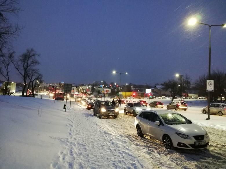 Atak zimy. Fatalna sytuacja na drogach w Bydgoszczy i regionie [zdjęcia]