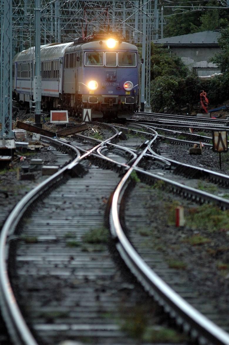 29 sierpnia na przejeździe kolejowym w Motyczu 61-letni kierowca mercedesa prawdopodobnie ominął zamknięte rogatki i wjechał pod pociąg. Mężczyzna nie