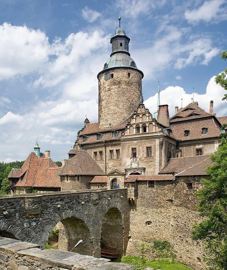 """Ten zamek mógłby spokojnie posłużyć za siedzibę jednego z rodów w """"Grze o tron"""" ewentualnie za scenerię któregoś wątku """"Władcy Pierścieni"""". Niestety,"""