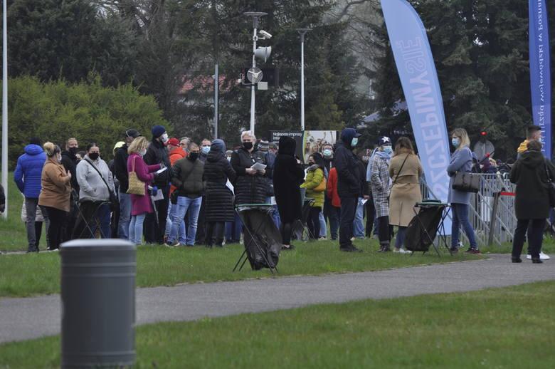 Tysiące ludzi w kolejce na szczepienie przed tymczasowym punktem szczepień na Malcie w Poznaniu.