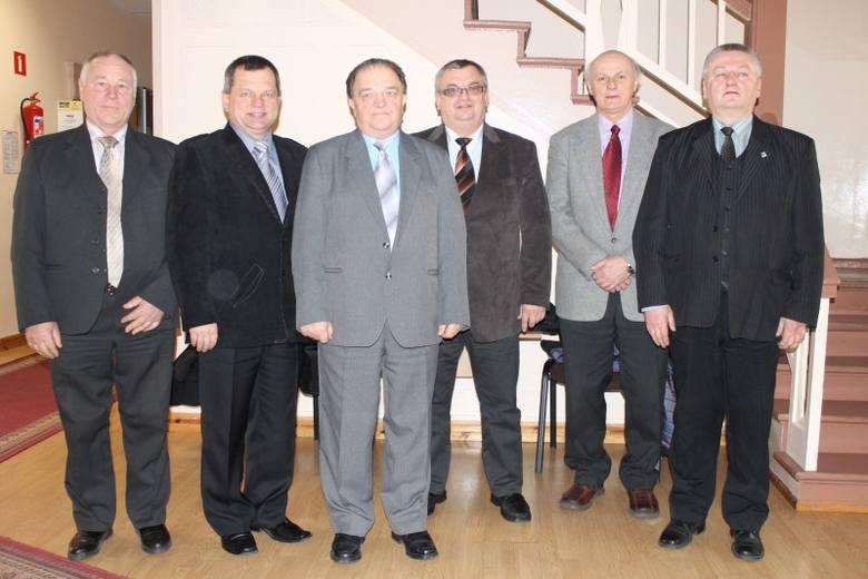 Olescy laureaci laurów z prezesem OIG Henrykiem Galwasem i przewodniczącym rady powiatu Jerzym Liberką.