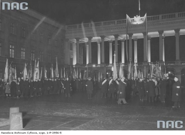 Poczty sztandarowe przed Grobem Nieznanego Żołnierza podczas obchodów Święta Niepodległości w Warszawie