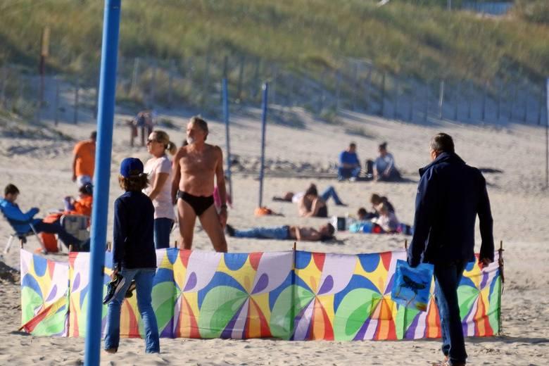 Pogoda szaleje! parawany, koce i leżaki powróciły na plażę. Temperatura powyżej 20 stopni Celsjusza, to główny powód, że na świnoujskiej plaży pojawiły