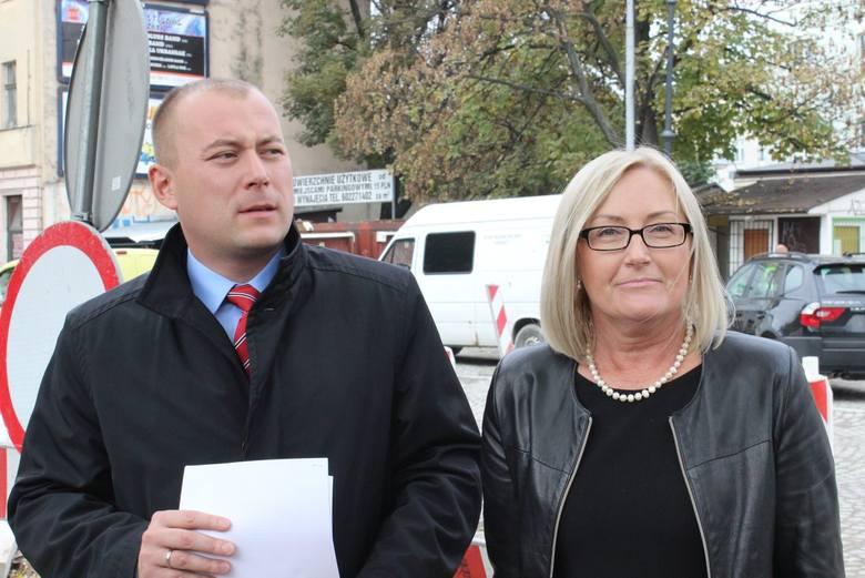 Radni Joanna Kopcińska i Sebastian Tylman zaprezentowali projekt uchwały, której celem jest obniżenie opłaty parkingowej w strefie płatnego parkowania