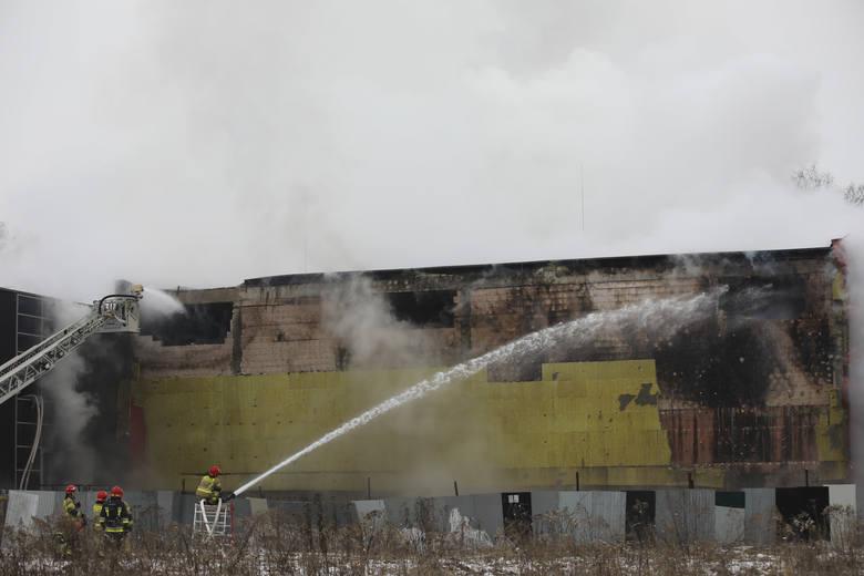 Czwarty dzień pożaru archiwum urzędu miasta. Strażacy wyburzyli dwa otwory w ścianie i używają drona z kamerą termowizyjną [ZDJĘCIA]