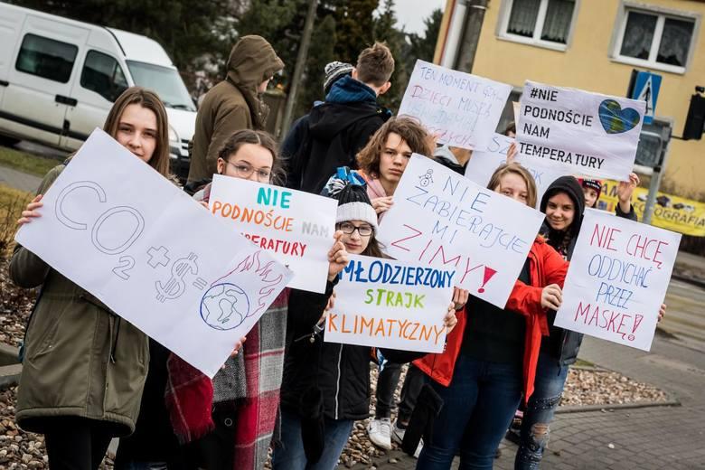 W piątek (15 marca) niektórzy uczniowie najstarszych klas Gimnazjum nr 34 i SP nr 35 nie poszli na lekcje, tylko wyszli na ulice Miedzynia. Za zgodą