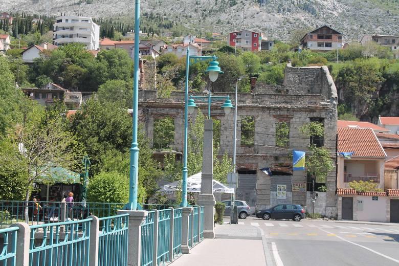 W Mostarze ślady wojny wciąż są jednak bardzo widoczne.