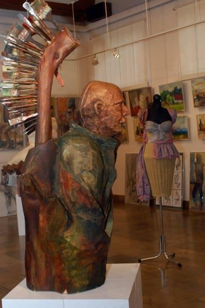 """Prace dyplomowe uczniów """"plastyka""""30 prac - wyroby unikatowe, malarstwo, rysunek i snycerstwo - prezentowanych jest na wystawie w galerii"""
