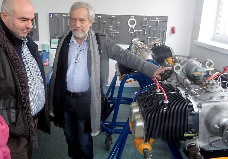 Grudziądzki biznesmen i pasjonat lotnictwa Roman Sadowski (z prawej) przy zmodyfikowanym, 4-cylindrowym silniku samolotowym Franklin. Zapewnia: - Poleci