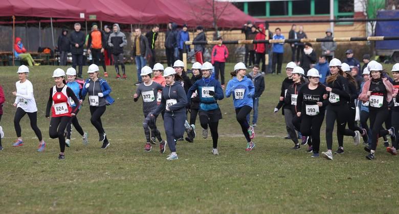 62 studentki i licealistki pobiegły w kaskach [zdjęcia]