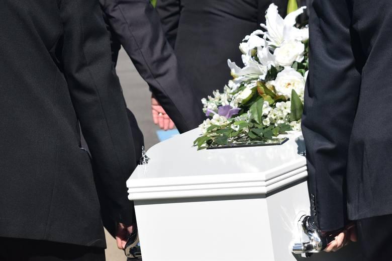 1. W przypadku zgonu i pogrzebu małżonka pracownika lub jego dziecka, ojca, matki, ojczyma lub macochy:2 dni2. W przypadku zgonu i pogrzebu siostry pracownika,