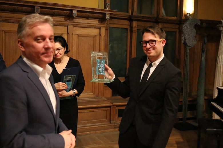 Nagrodę odbiera Krzysztof Komendarek-Tymendorf z Gdańska, pedagog Akademii Muzycznej w Gdańsku, nominowany m.in. za festiwal Euro Chamber Music Festival
