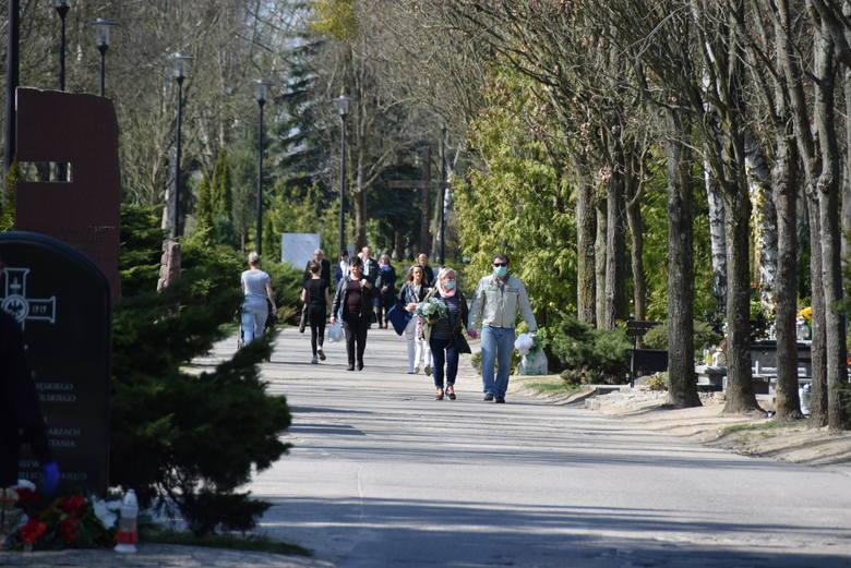 Cmentarz w Gorzowie Wielkopolskim. Odwiedziliśmy go 8 kwietnia. Mieszkańcy przychodzą na nekropolię, chociaż wielkich tłumów nie ma. Odwiedzających chodzą
