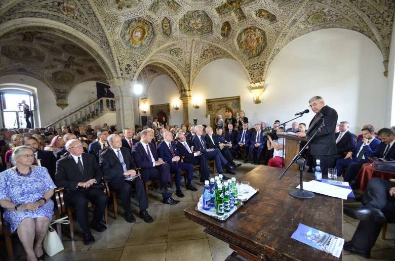 Po odrodzeniu się samorządu Rada Miasta Poznania powróciła do tradycji nadawania tytułu Honorowy Obywatel Miasta Poznania. Pierwszym, który go otrzymał