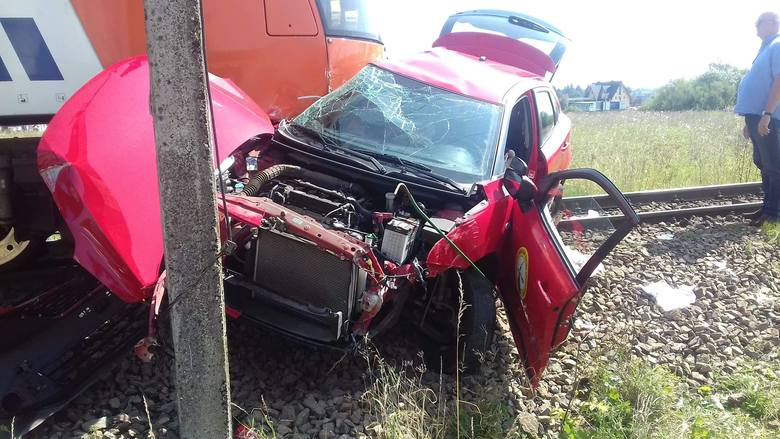 Wypadek w Szaflarach. Pociąg osobowy zderzył się z samochodem, 18-latka zdająca egzamin zmarła w szpitalu
