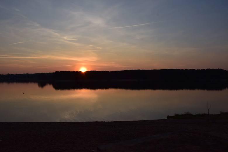 Piękny widok miały w czwartkowy wieczór osoby, które odpoczywały nad zalewem w Cedzynie (gmina Górno). Takie widoki nad tym zbiornikiem to codzienność.