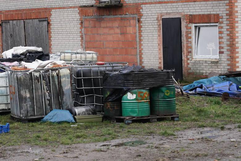 Odpady niebezpieczne, toksyczne i rakotwórcze były nielegalnie składowane na prywatnej działce w miejscowości Szołajdy w gminie Chodów. Służby nie wiedzą ile dokładnie pojemników jest. Wiadomo, że były składowane w budynkach gospodarczych, a część zakopana w ziemi.