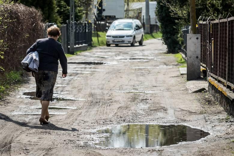 W ramach rozstrzygniętego pierwszego przetargu do utwardzenia wytypowano ulice Łucką, Przyłubską, Okopową (na zdjęciu) oraz Pelikanową. Prace na tych