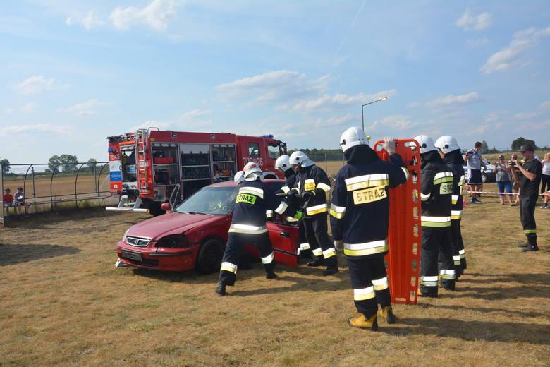 Podczas festynu strażacy ochotnicy dali efektowny pokaz ratownictwa.