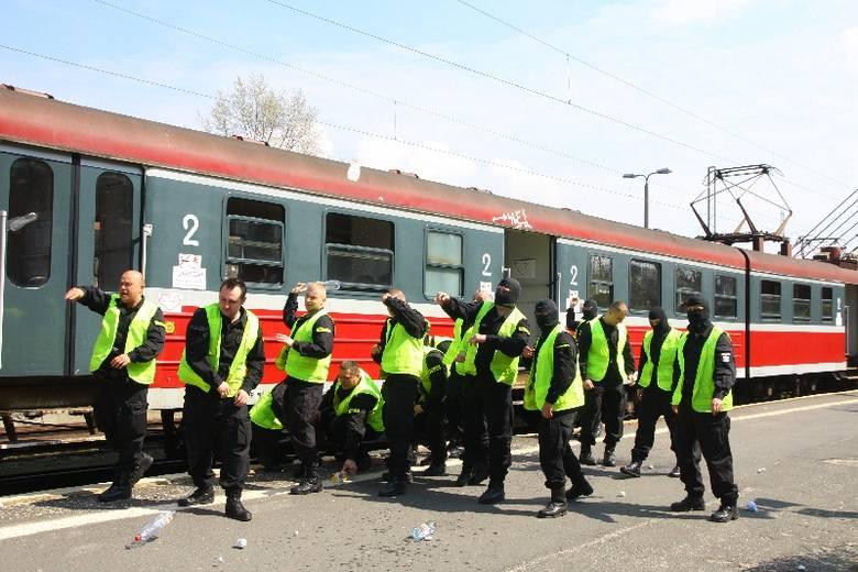 W rolę kiboli rozrabiających w przejeżdżającym przez Opole pociągu wcielili się funkcjonariusze oddziałów prewencji.