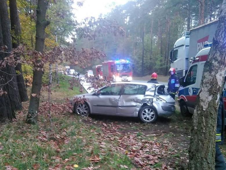Kolejny wypadek na drodze krajowej nr 10 między Toruniem a Bydgoszczą.  Rano doszło do zderzenia samochodu osobowego z ciężarowym. Trzy osoby zostały