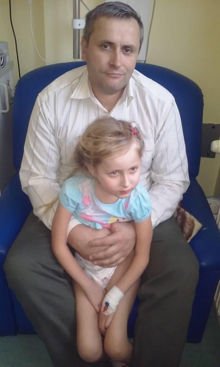 Karolinki była na skraju życia i śmierci, ale znaleźli się odważni lekarze, którzy przeprowadzili zabieg. Był sprzęt, który pomógł ją uratować, kupiony dla Górnośląskiego Centrum Zdrowia Dziecka przez ludzi Jerzego Owsiaka