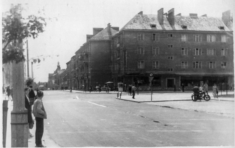Centrum miasta, lata 70.Niedawno pisaliśmy o tym, jak wyglądało zajęcie Koszalina przez sowieckie wojska, 4 marca 1945 roku. Od tego dnia zaczyna się