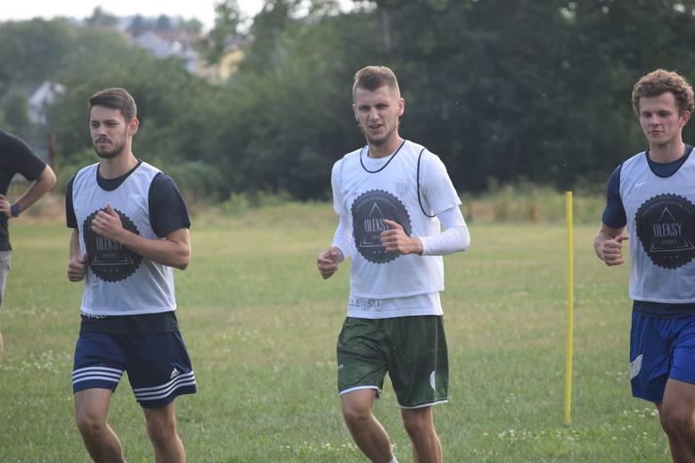 Na bocznym boisku stadionu w Jarosławiu, odbyły się testy sprawnościowe zawodników 4-ligowego JKS-u. Pierwszy test badał szybkość, a drugi wydolność.