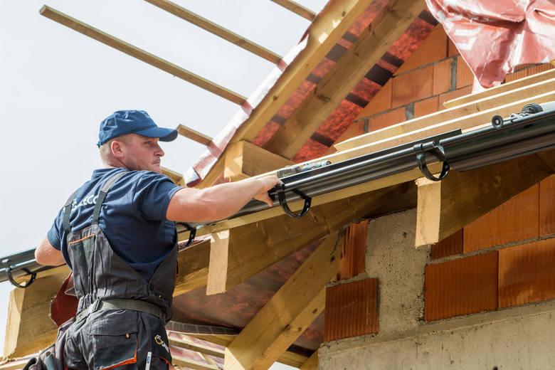 Właściwie skonstruowany dach i odpowiednio dobrany do niego system orynnowania są gwarancją ochrony domu przed szkodliwym działaniem czynników atmosferycznych.