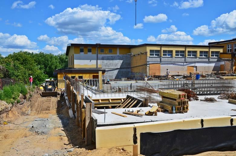 Aktualnie gotowa jest postać konstrukcyjna głównej niecki basenowej, a prace przy konstrukcji niecki rekreacyjnej wchodzą w fazę końcową.