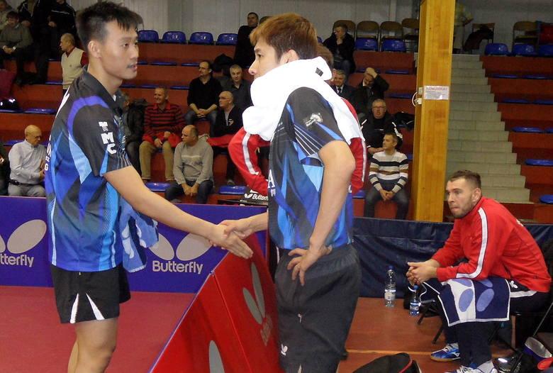 Wang Yang (z lewej) słucha rad Kaiia Yoshidy. Siedzi Bartosz Such, kapitan Olimpiiu/Unii Grudziądz.