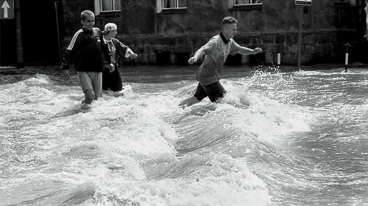 Nysa, lipiec 1997. Płynąca przez Nysę rzeczka zmieniła się w ogromny rwący potok, który potrafił przewrócić człowieka i zniszczyć wszystko na swojej drodze.
