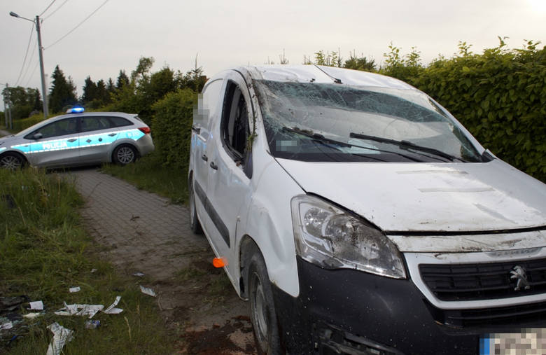 Dzisiaj (22 maja) około godziny 18:00 w Sierakowie doszło do zdarzenia drogowego. Kierujący samochodem osobowym marki Peugeot, podczas wykonywania manewru