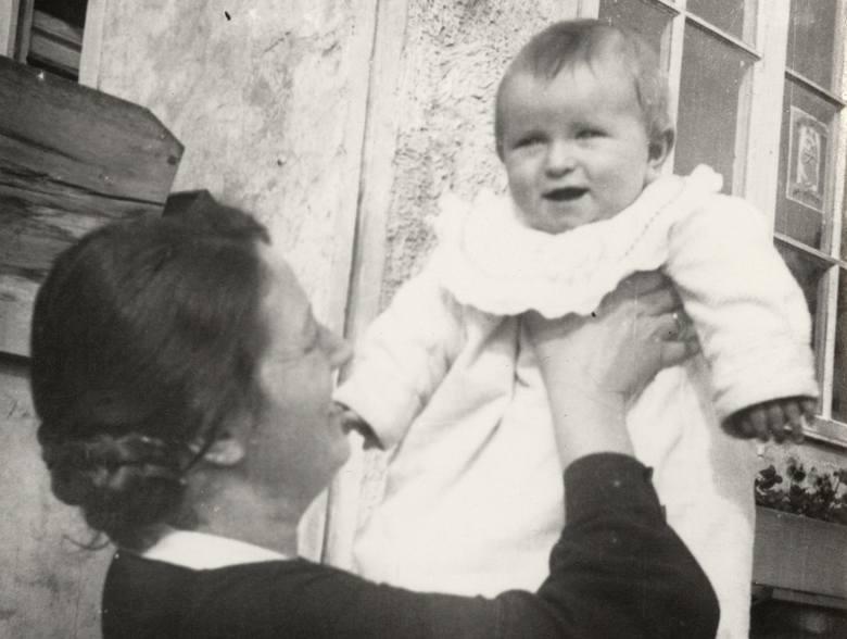 Maria z Wojciechowskich Zarębina z synkiem Romanem