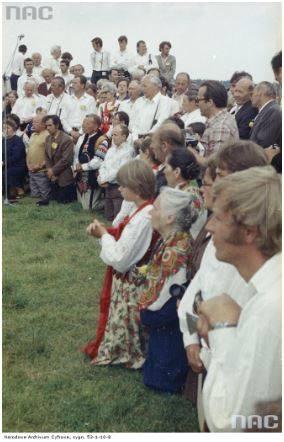 Pobyt papieża Jana Pawła II w Nowym Targu podczas I pielgrzymki do Polski. Wierni (część w strojach ludowych) podczas mszy św. odprawianej przez kard. Franciszka Macharskiego z udziałem papieża Jana Pawła II.