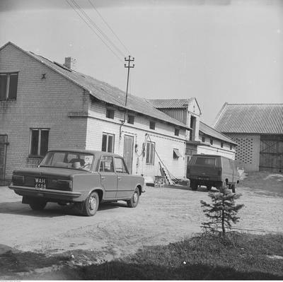 Zabieramy Was w podróż w czasie - zaglądamy na polską wieś lat 80.Na zdjęciu budynki gospodarcze w indywidualnym gospodarstwie we wsi Piaski. Widoczne
