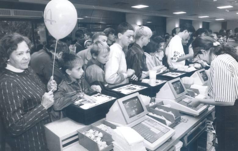 McDonald's przy placu Kościuszki ruszył 27 sierpnia 1993 r.Zobacz więcej na kolejnym slajdzie