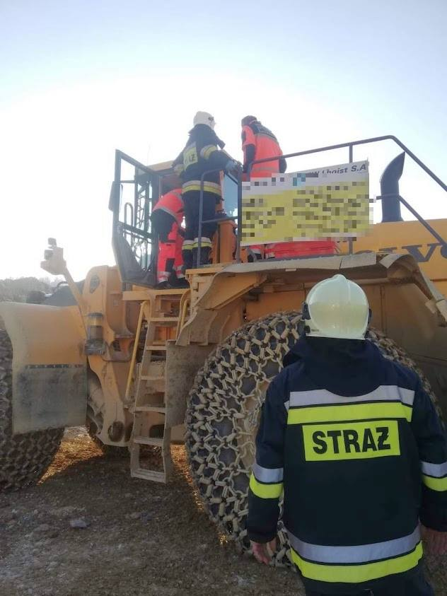 Tarnów Opolski: Strażacy na ratunek operatorowi koparki