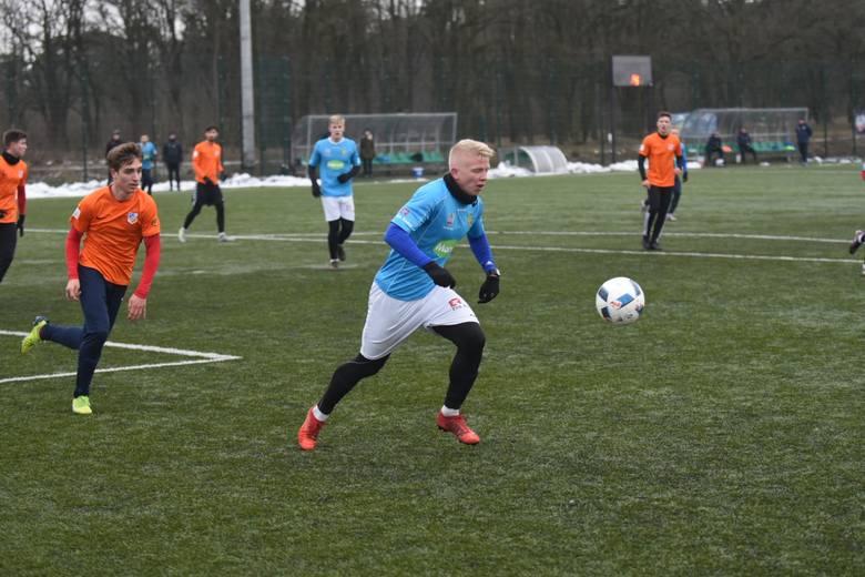 Trzecia drużyna II ligi zaczęła testy przed rundą wiosenną. W pierwszym meczu sparingowym Elana Toruń pokonała 3:1 (2:1) Ursus Warszawa. Bramki strzelali