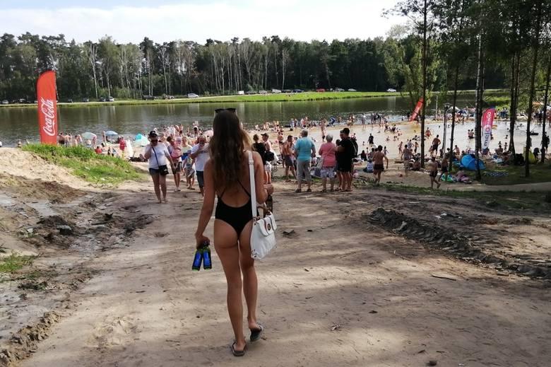 Rybakówka oblężona. Pogoda sprawiła, że w weekend tłumy mieszkańców całego województwa odwiedziły to miejsce. I choć w stawach obowiązuje zakaz kąpieli,