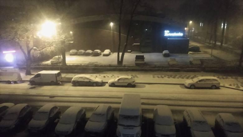 Wydawało się, że tej zimy śnieg będzie można zobaczyć tylko w górach, a tymczasem we wtorkowy wieczór na północy Wielkopolski spadło mnóstwo białego