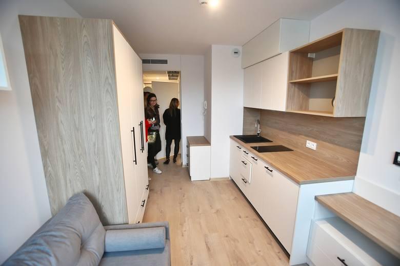 Zaledwie szesnaście metrów kwadratowych mają mikromieszkania, które powstały przy ulicy Borowskiej we Wrocławiu. Jak mieszkać na tak małej powierzchni?